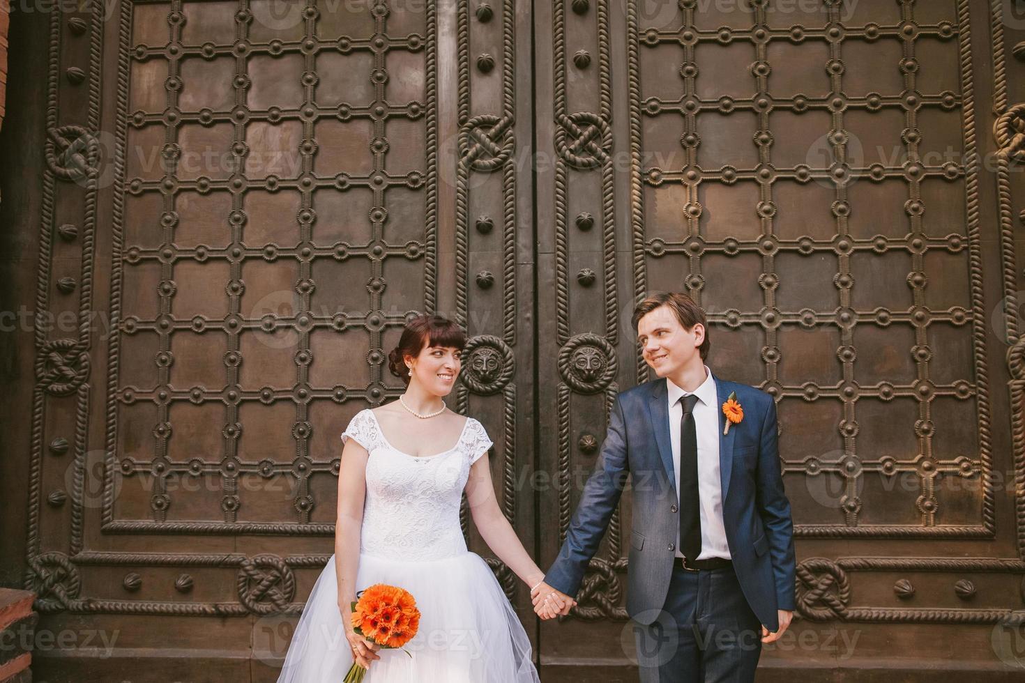 casal de noivos de mãos dadas foto