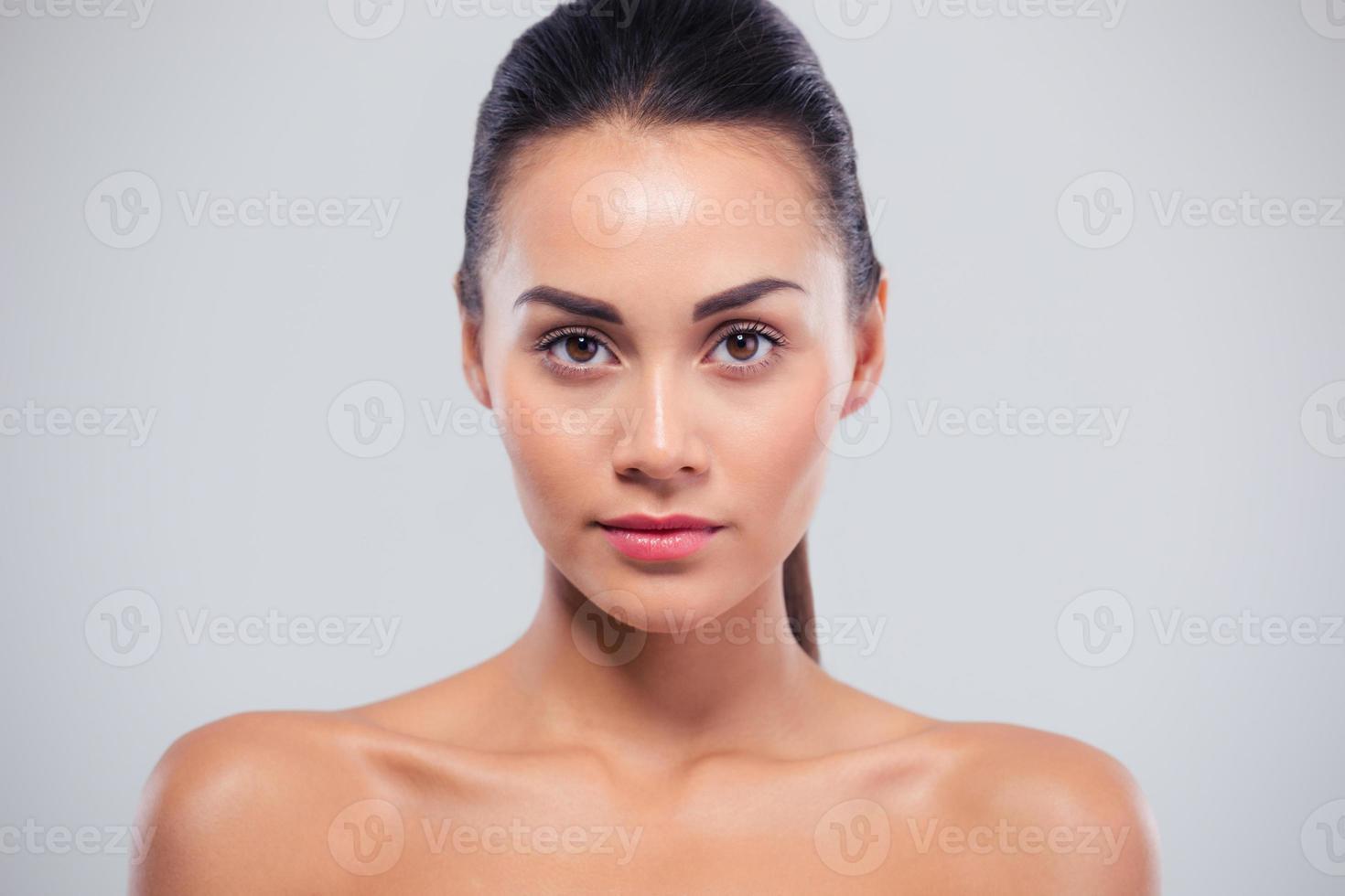 retrato da beleza de uma mulher atraente foto