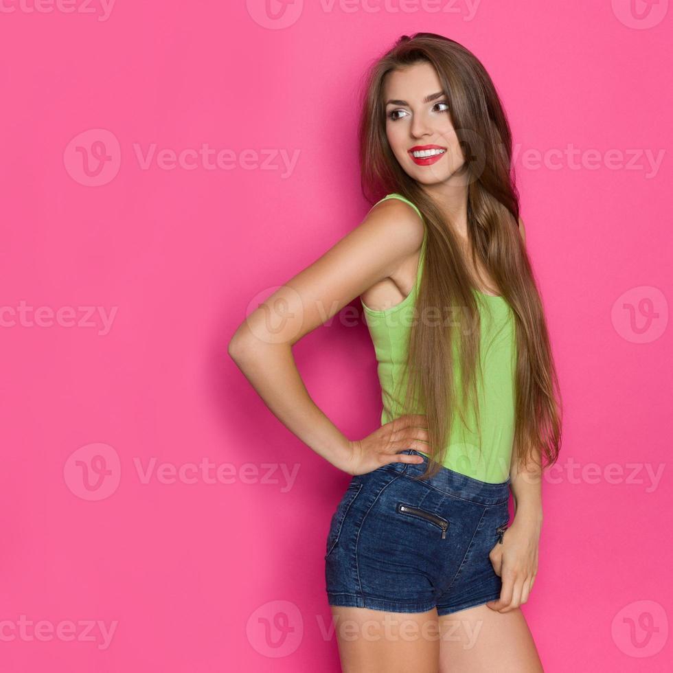 menina alegre, olhando para o espaço da cópia rosa foto
