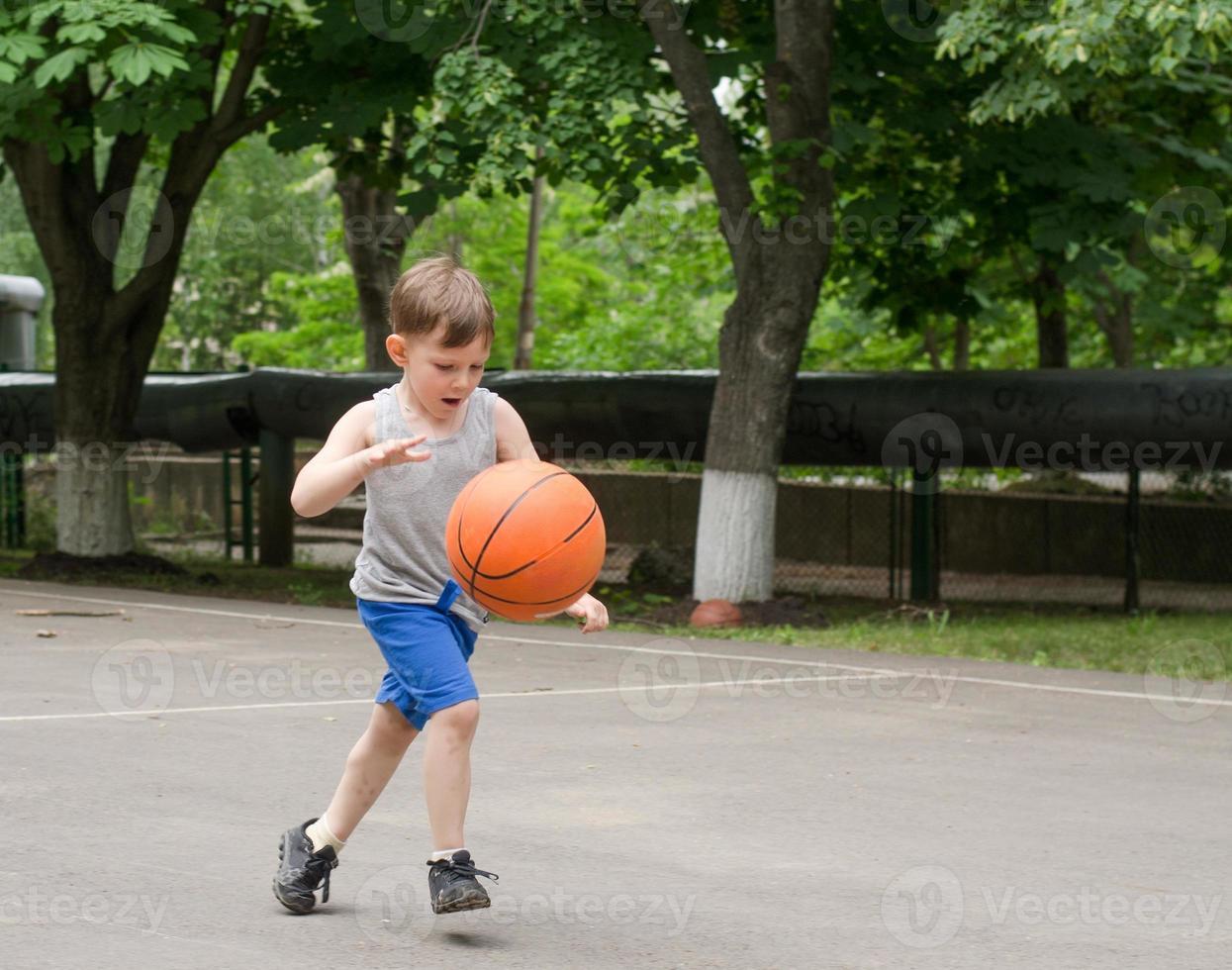 menino jogando basquete foto