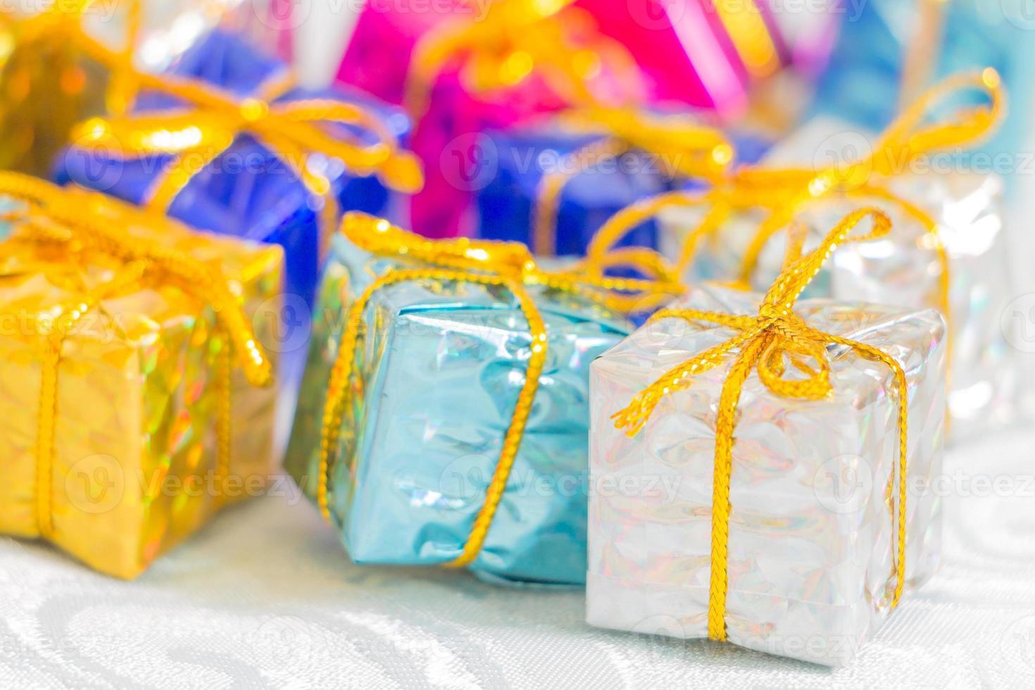 caixas coloridas e listradas com presentes laço amarrado foto