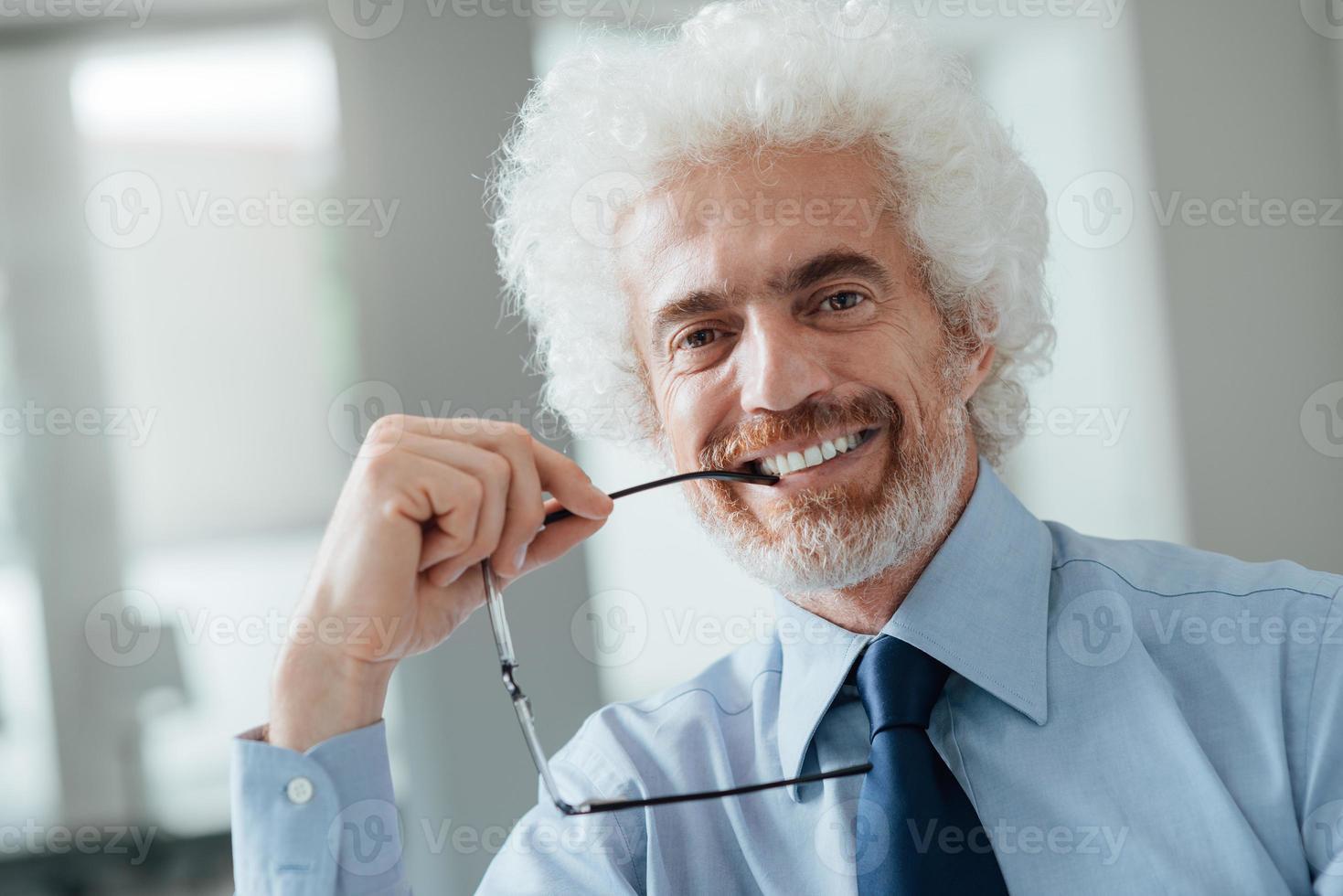 retrato alegre empresário foto