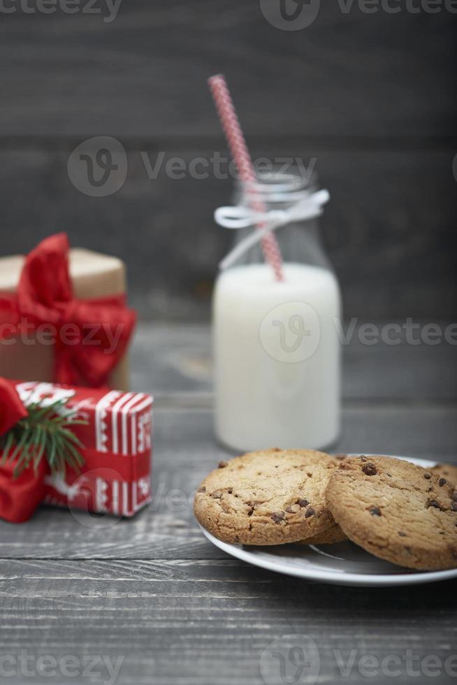 biscoitos de chocolate e leite para o papai noel foto