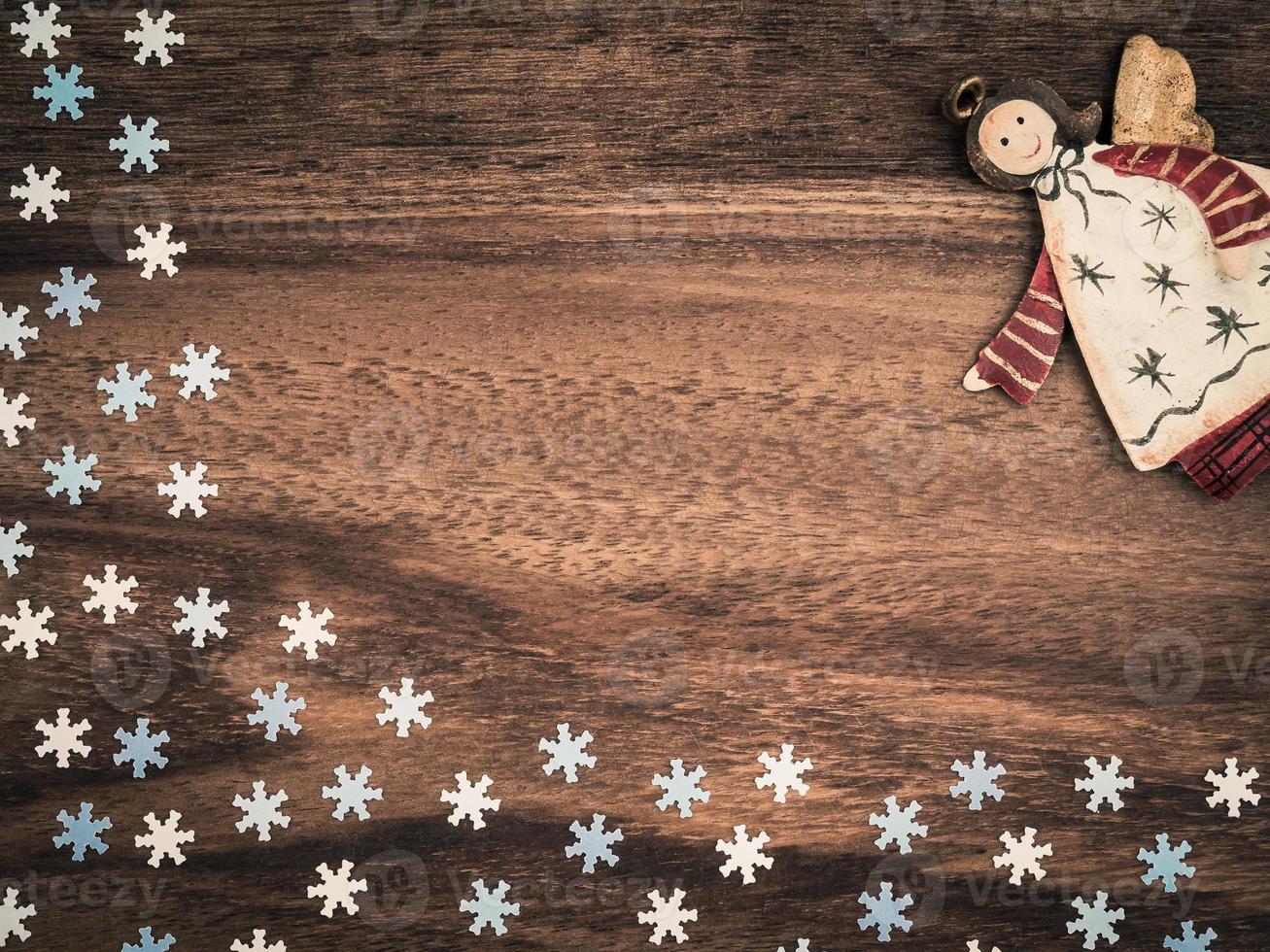 natal, flocos de neve de papel, anjo, madeira de fundo, espaço de cópia foto