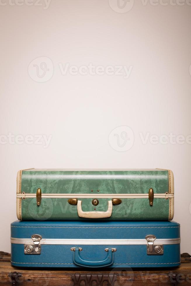 malas retrô empilhadas no tronco de madeira, com espaço de cópia foto