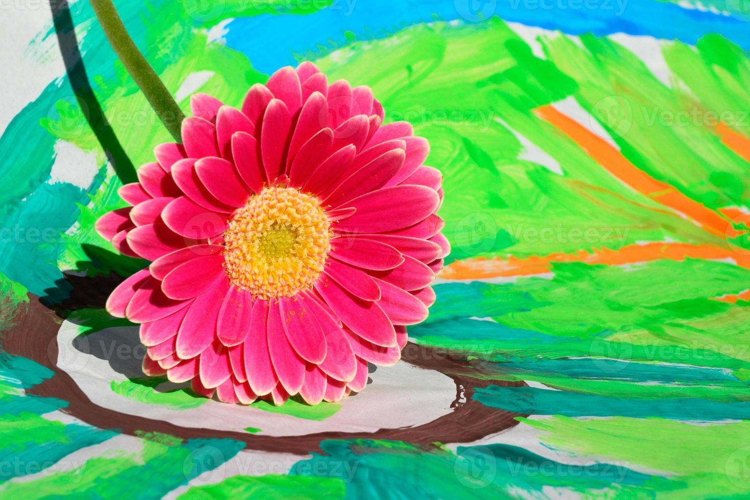 margarida rosa gerber na criança colorida pintura com espaço de cópia foto