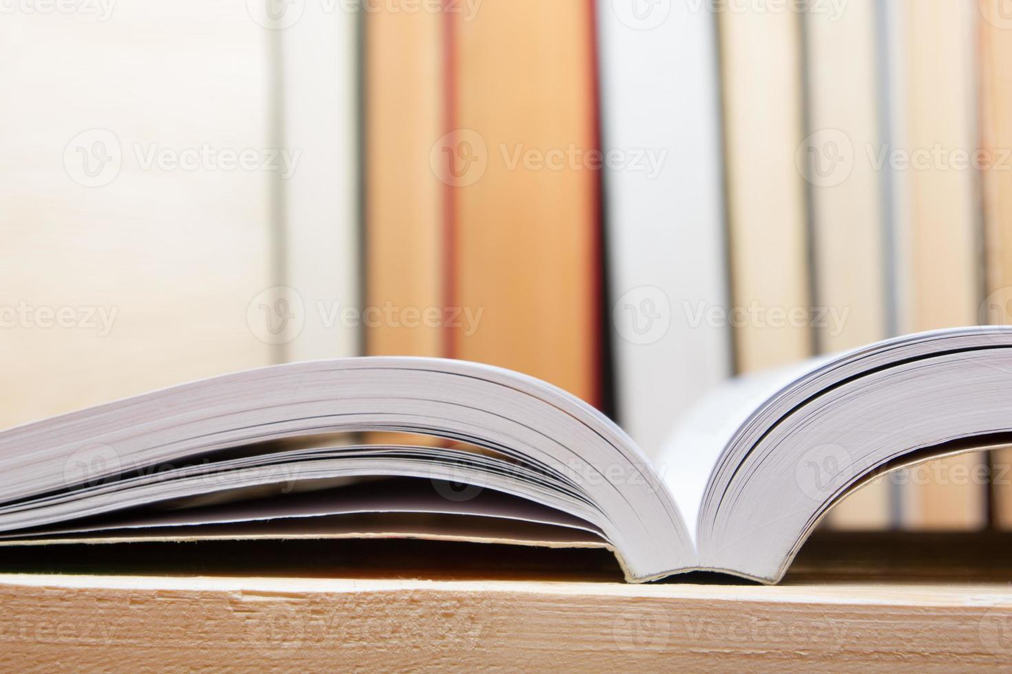 livro aberto na mesa de madeira. de volta à escola. copie o espaço foto