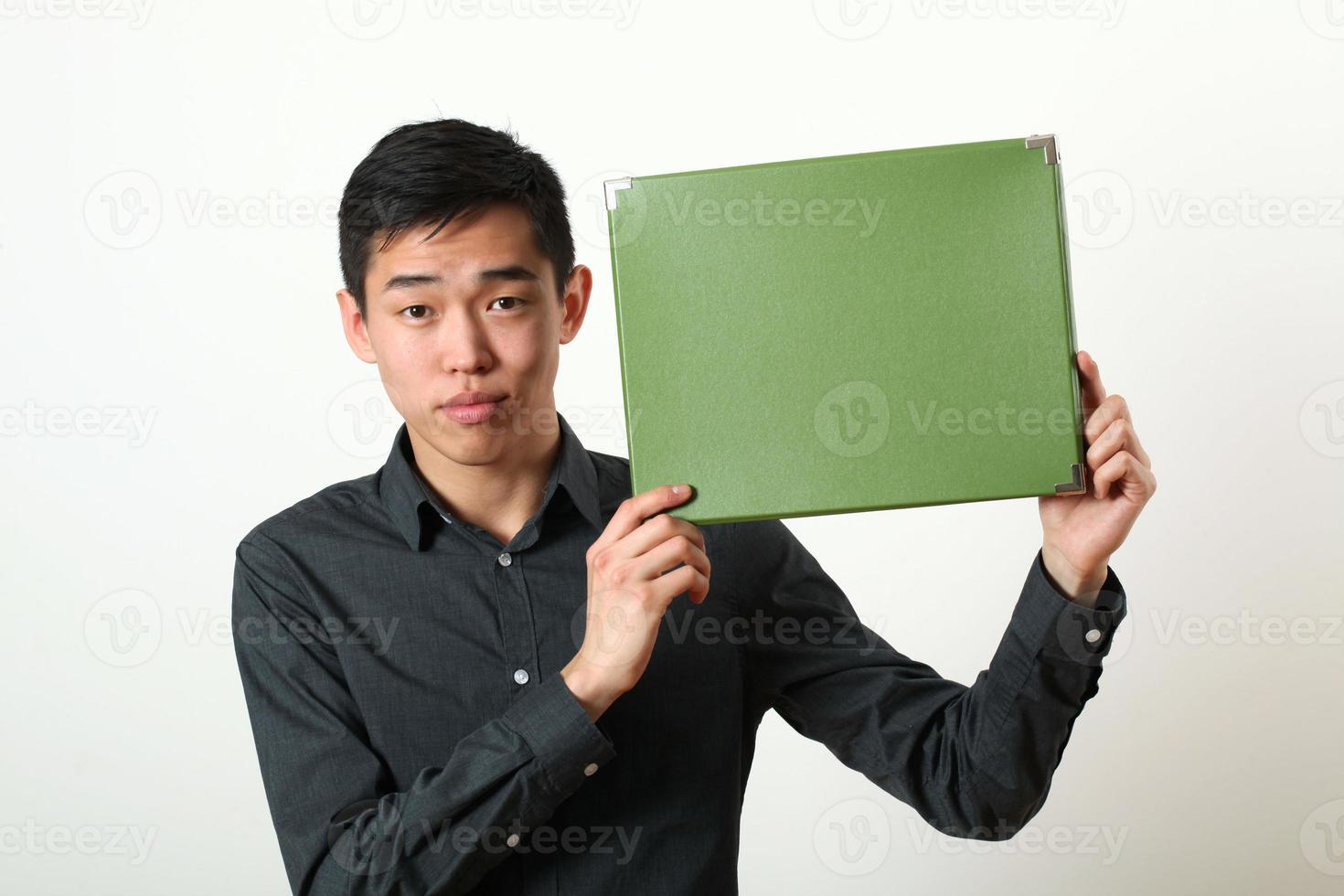 jovem asiática mostrando a caixa de espaço verde cópia foto