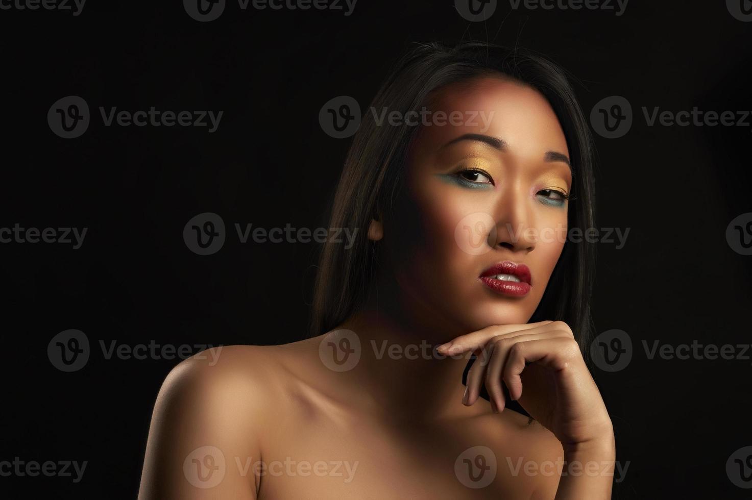 retrato de mulher bonita no preto foto