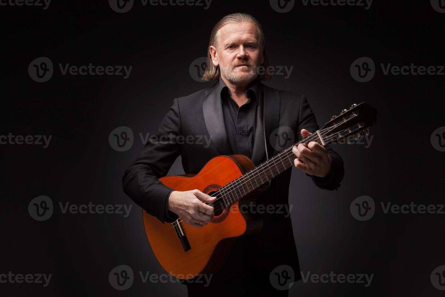 homem com violão foto