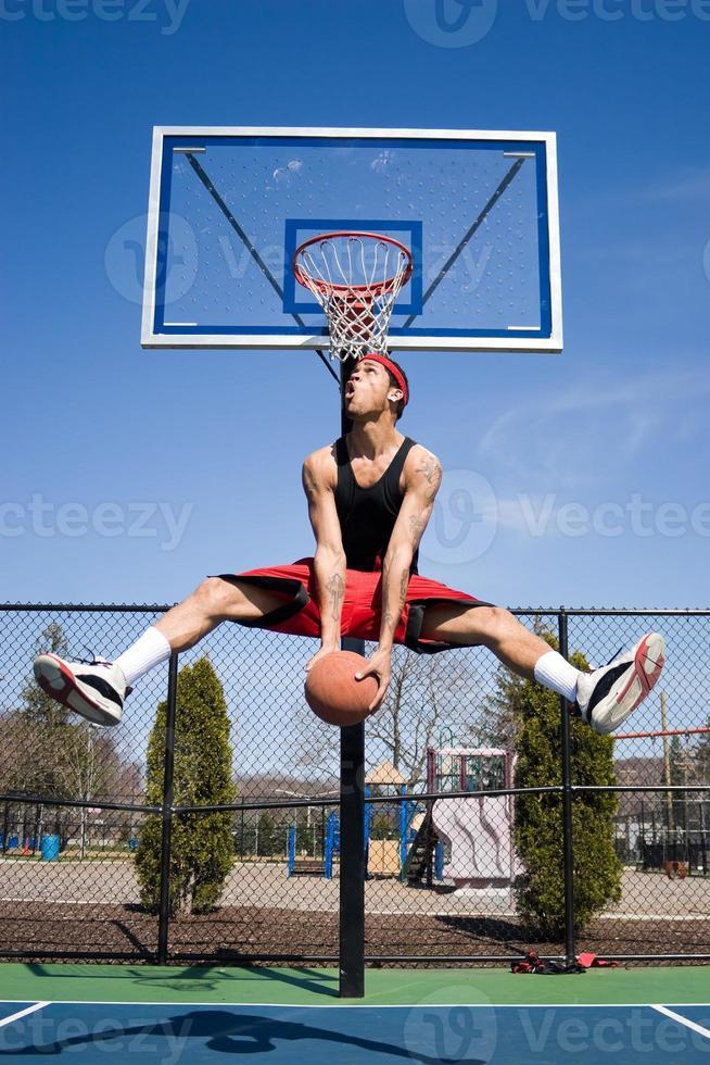 homem jogando basquete foto
