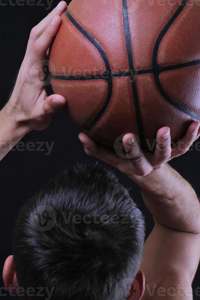 jogador de basquete homem pulando enterrando. foto