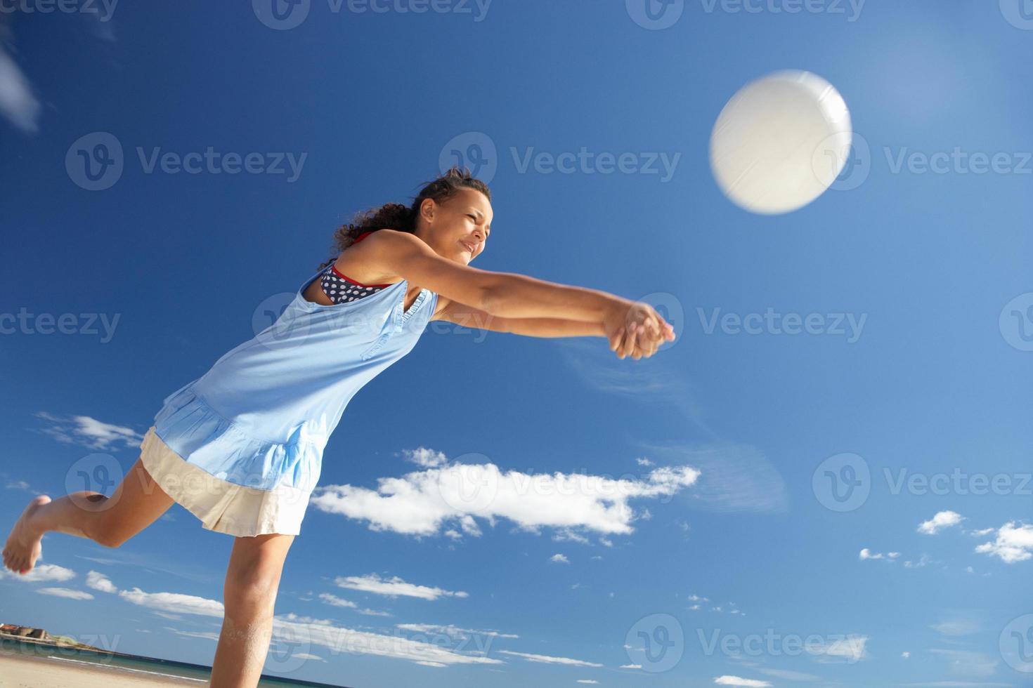 adolescente jogando vôlei de praia foto