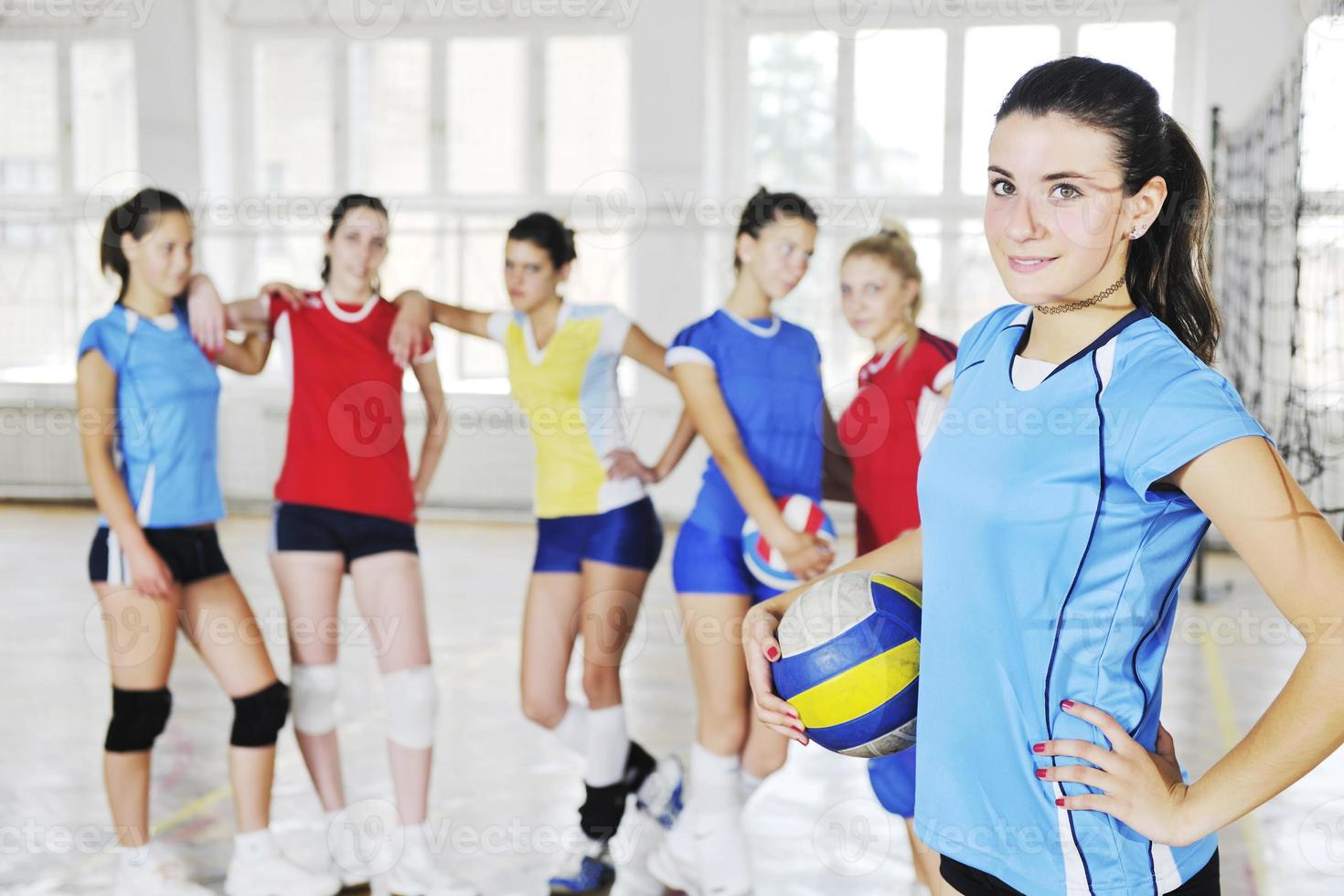 meninas jogando vôlei jogo indoor foto