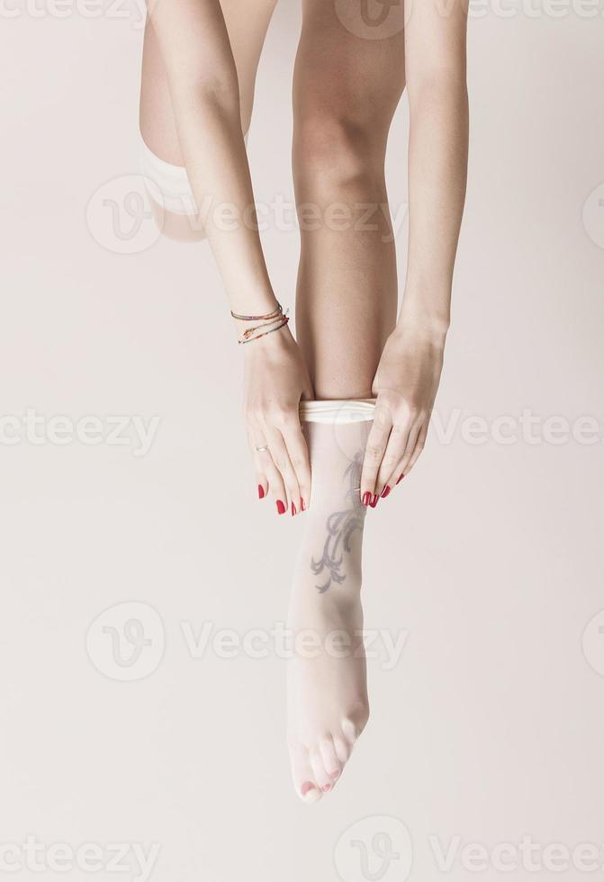 menina vestindo meias foto