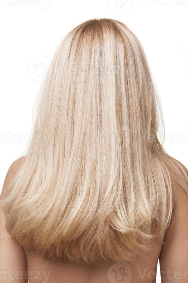 uma foto das costas de uma garota com longos cabelos loiros