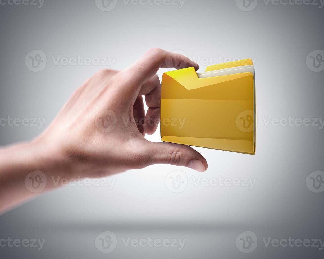 mão segurando a pasta amarela foto