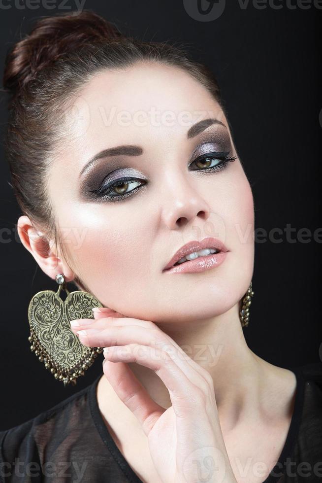 menina morena linda com maquiagem de noite e pele perfeita. foto