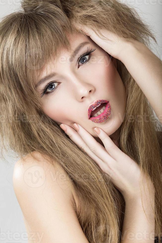 modelo brilhante linda garota emocional com os lábios coloridos. rosto bonito foto