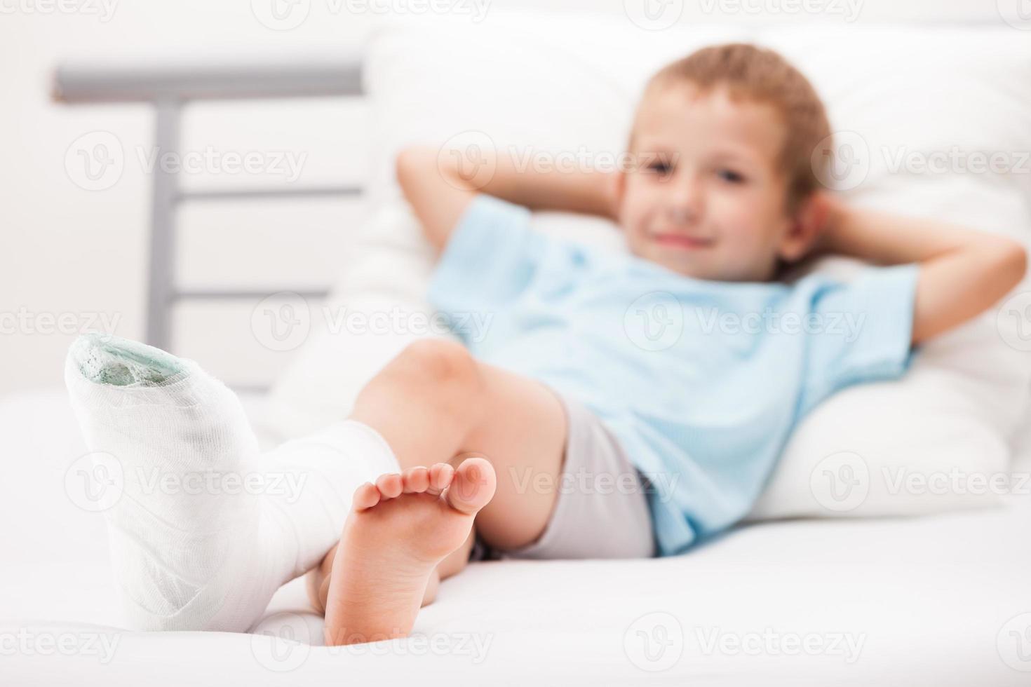fratura no calcanhar da perna da criança ou atadura de gesso de osso do pé quebrado foto