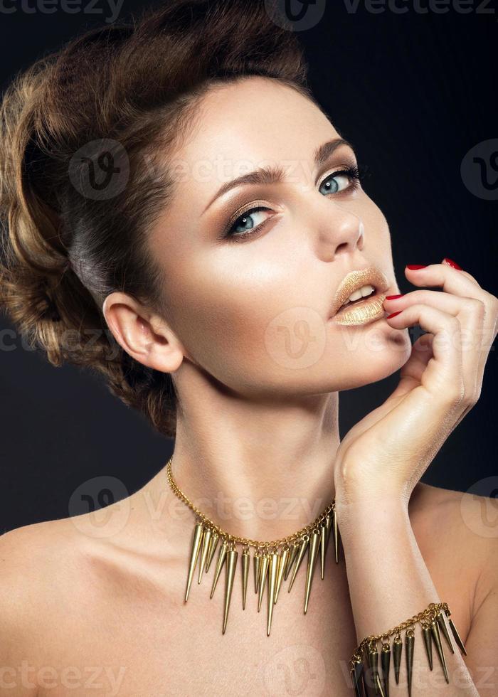 linda menina com pele perfeita e maquiagem de noite. foto