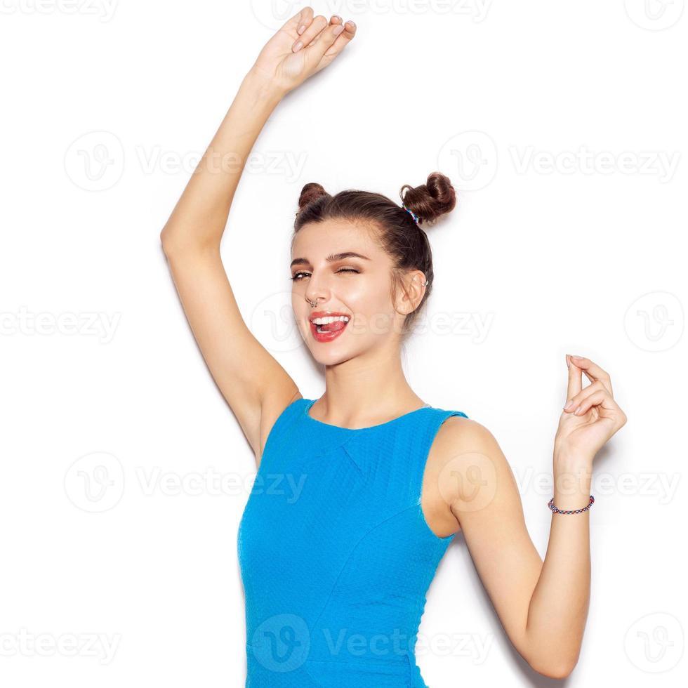 jovem mulher saudando e piscando e mostrando a língua foto