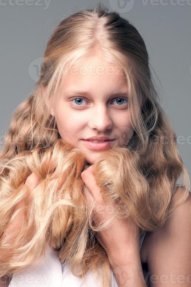 jovem garota bonita com longos cabelos loiros foto