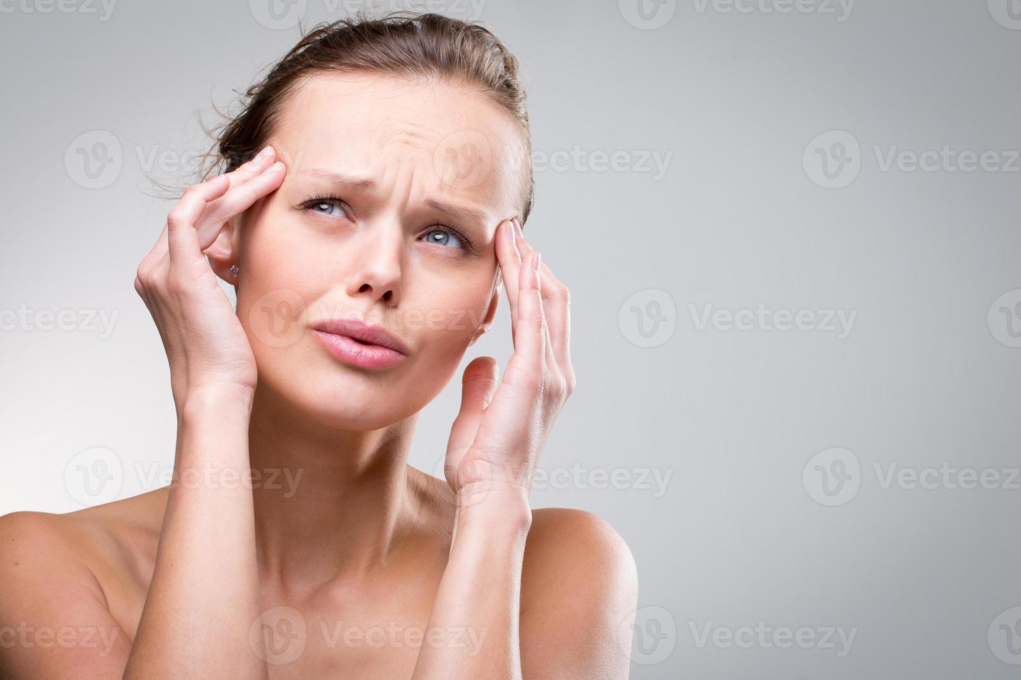 linda mulher que sofre de dor de cabeça aguda foto
