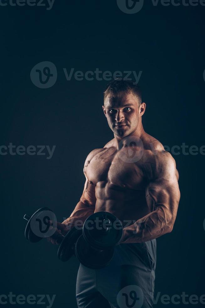 homem músculo fazendo cachos bíceps foto