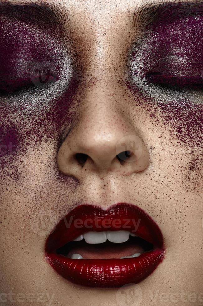 closeup retrato da menina asiática de beleza com a boca aberta foto