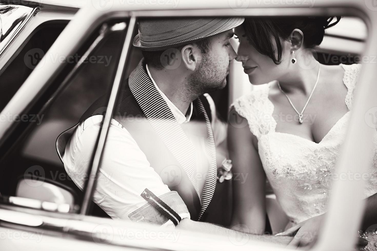 casal de noivos no carro foto