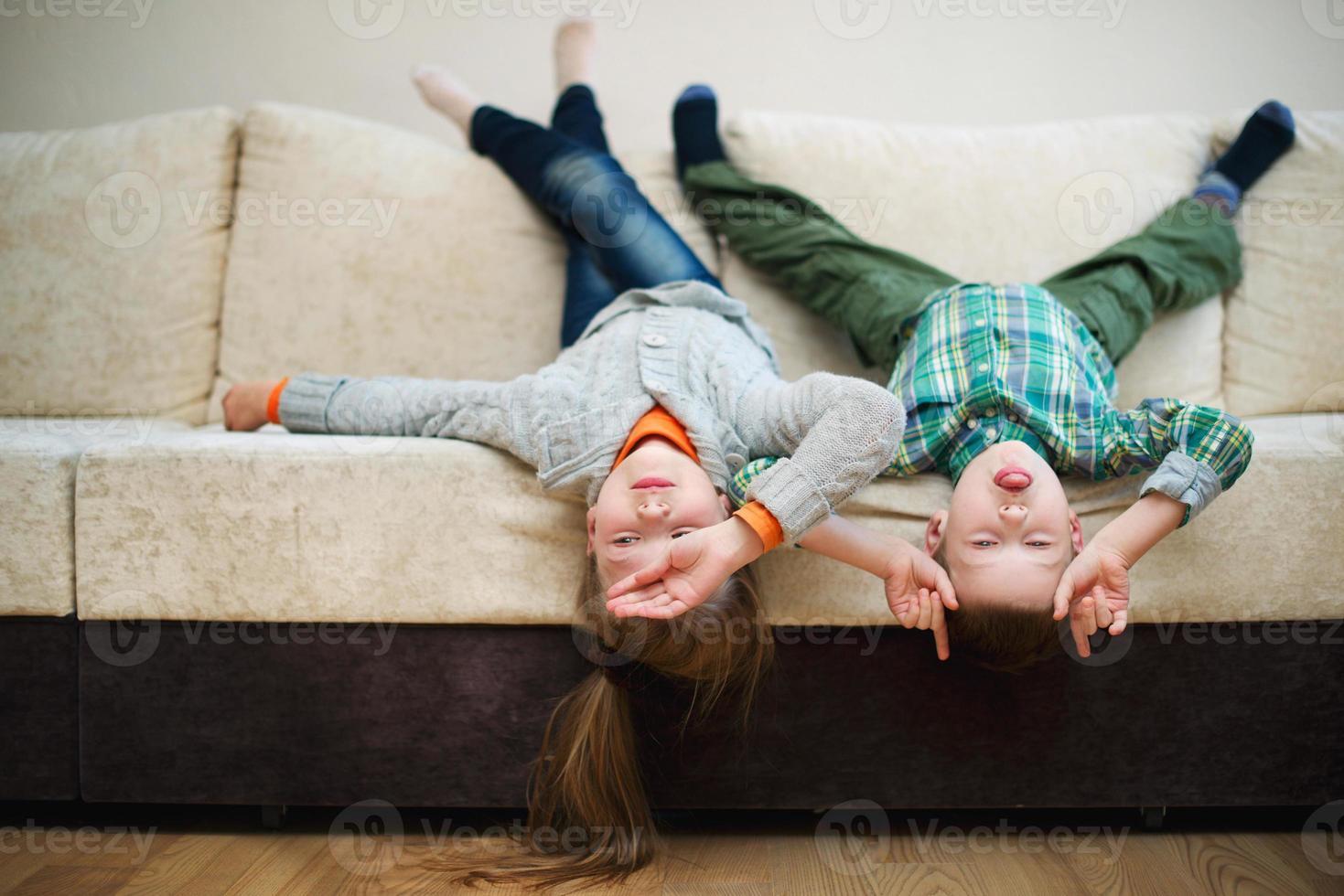 menino e menina tolo de cabeça para baixo foto