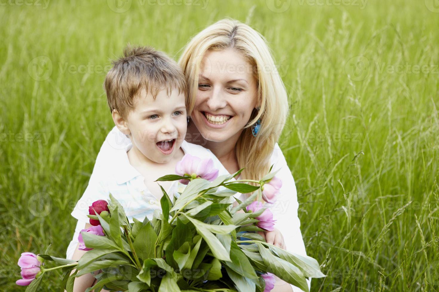 ao ar livre no parque mãe e filho foto