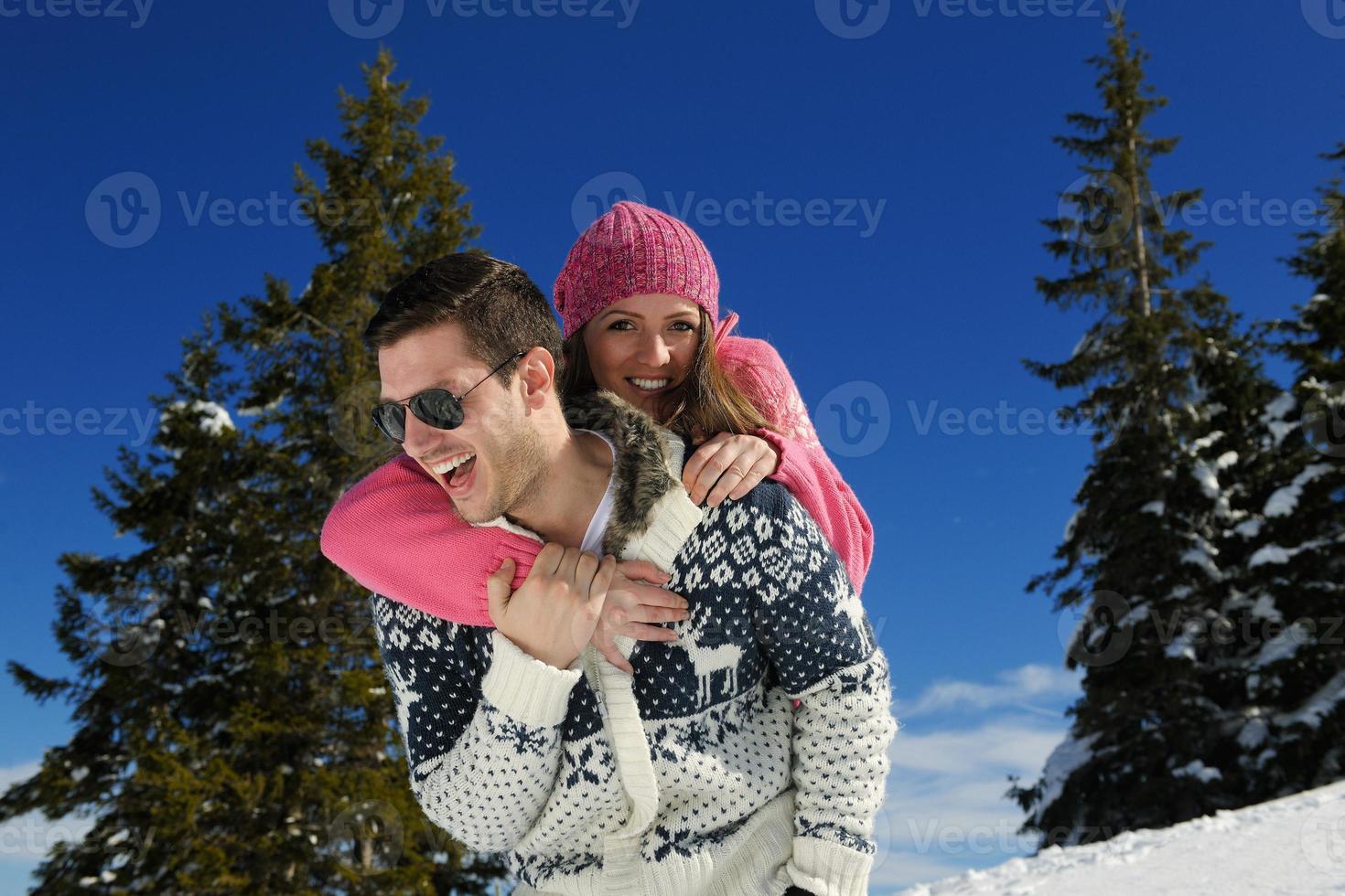 jovem casal na cena de neve do inverno foto