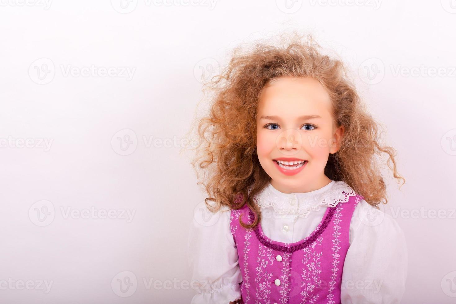 retrato de uma menina pequena em roupas tradicionais da Baviera foto