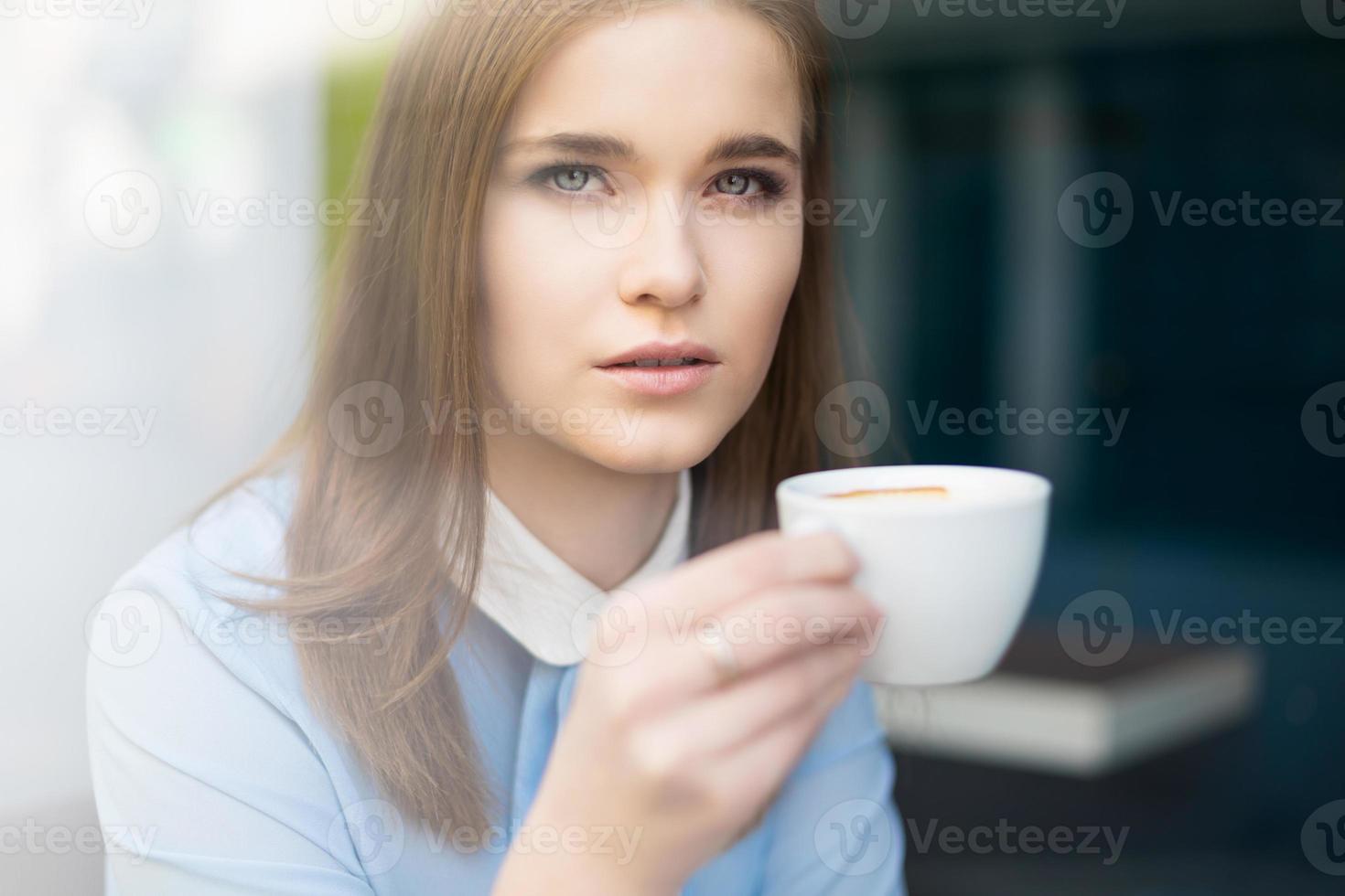 relaxando com uma xícara de café foto