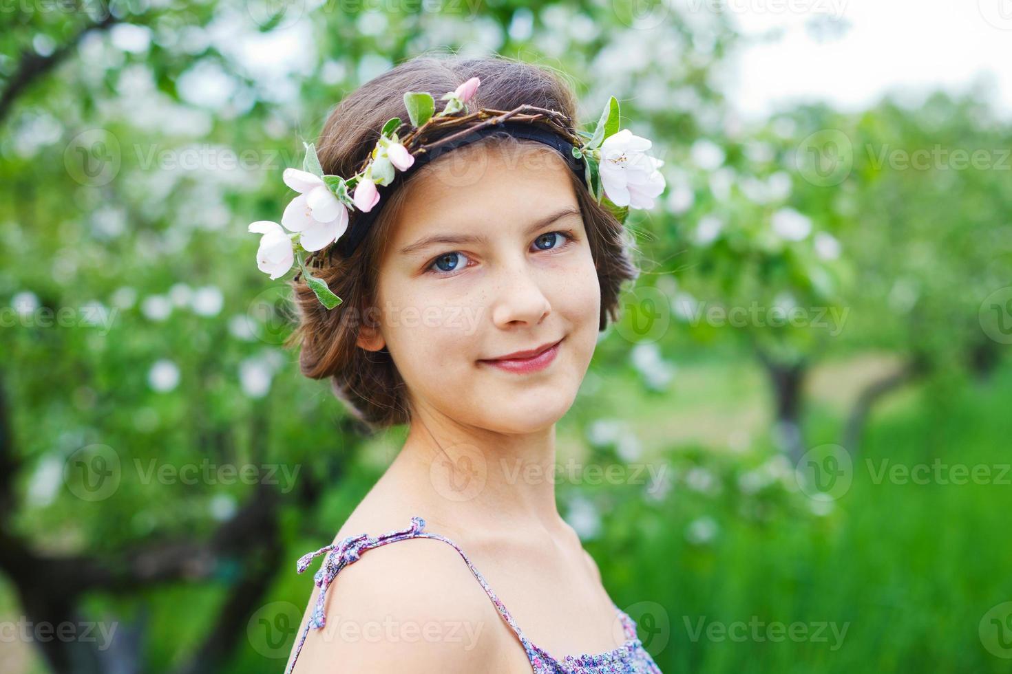 menina no jardim primavera foto