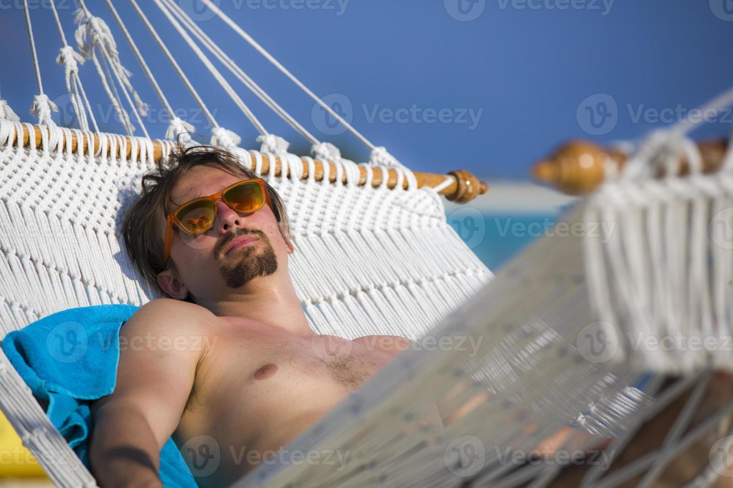 relaxando em uma rede nas Maldivas foto