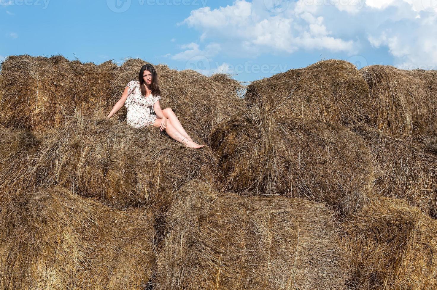 jovem mulher bonita relaxa no feno foto