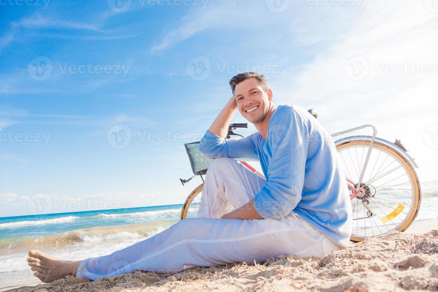 homem relaxa foto