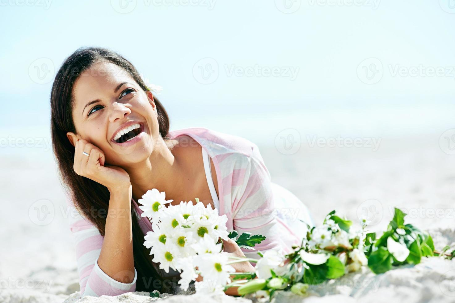 mulher relaxante praia foto