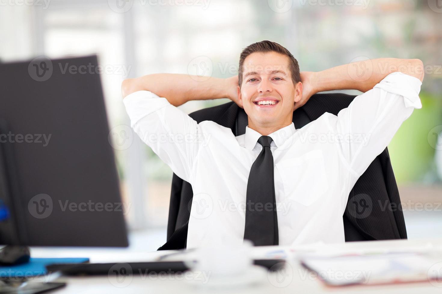 jovem empresário relaxado no escritório foto