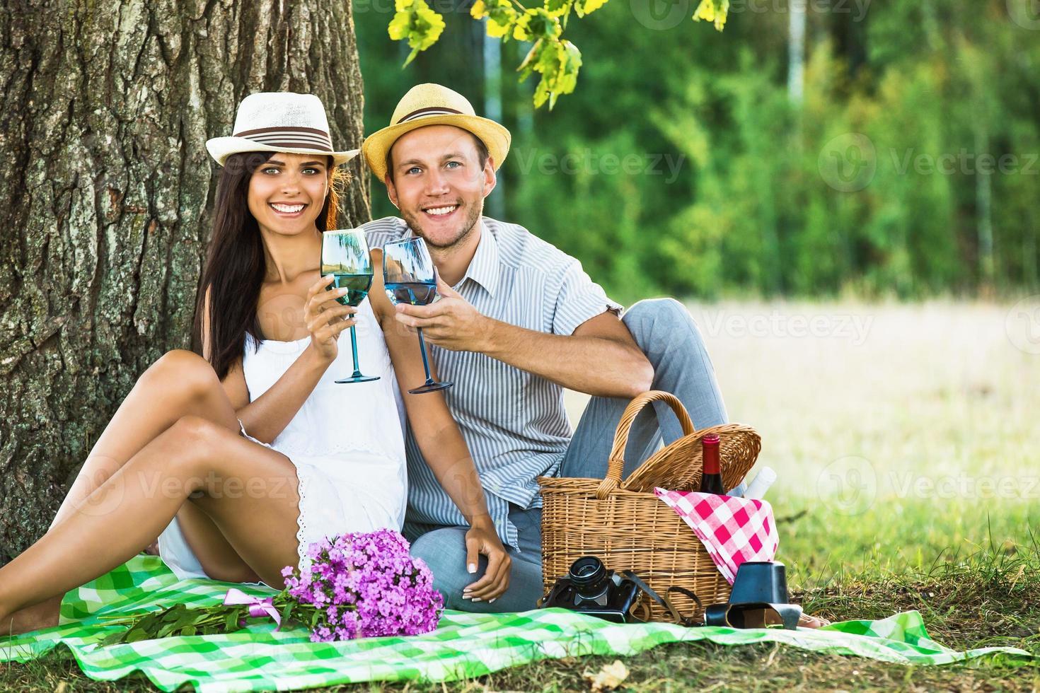 casal apaixonado relaxante na natureza foto