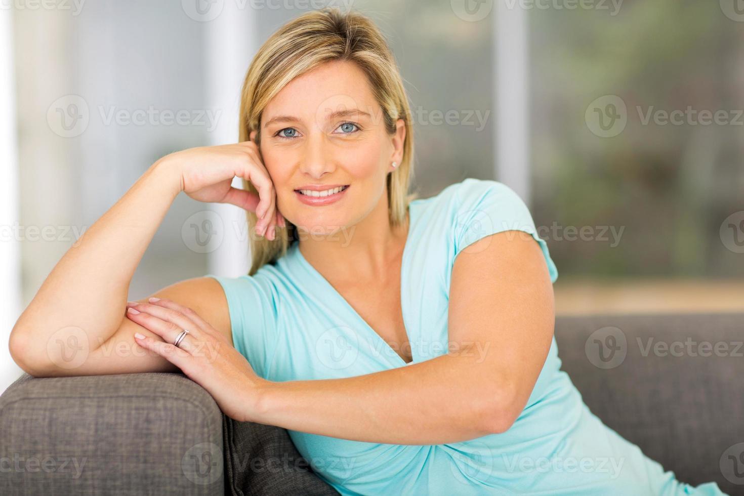 mulher grávida relaxando em casa foto