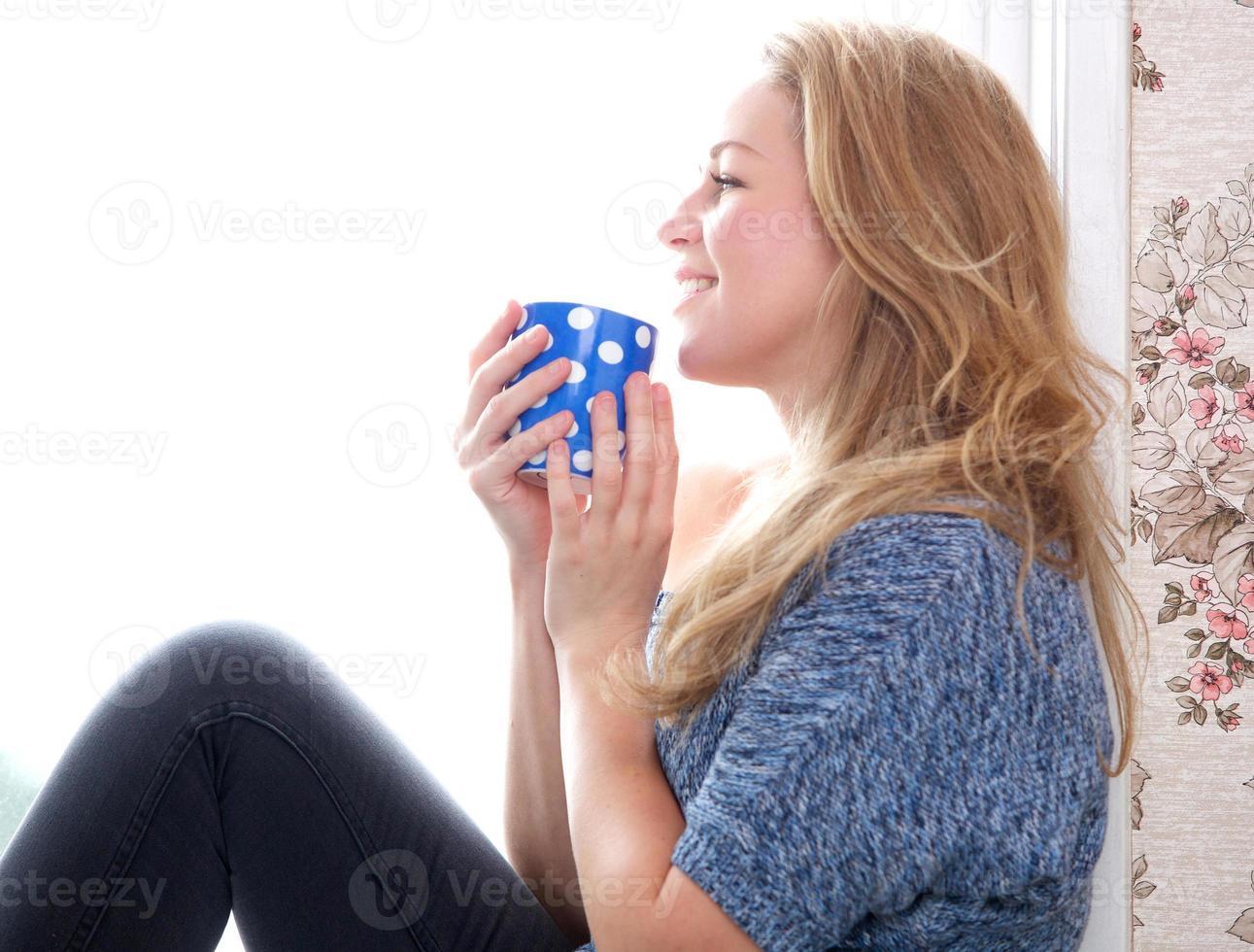 relaxando com uma xícara de café em casa foto
