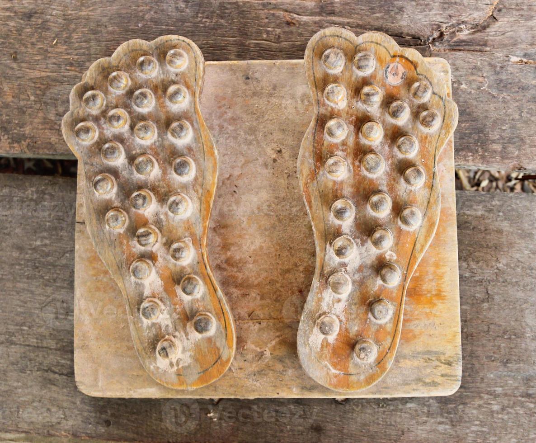 massagem nos pés de madeira velha foto