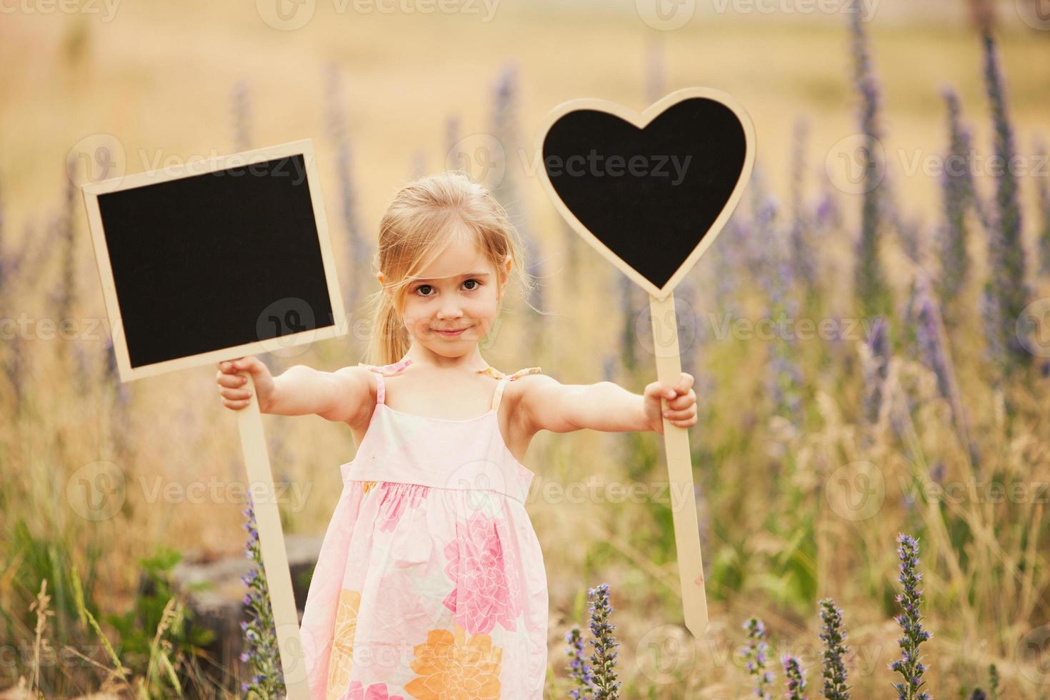 menina com pratos foto