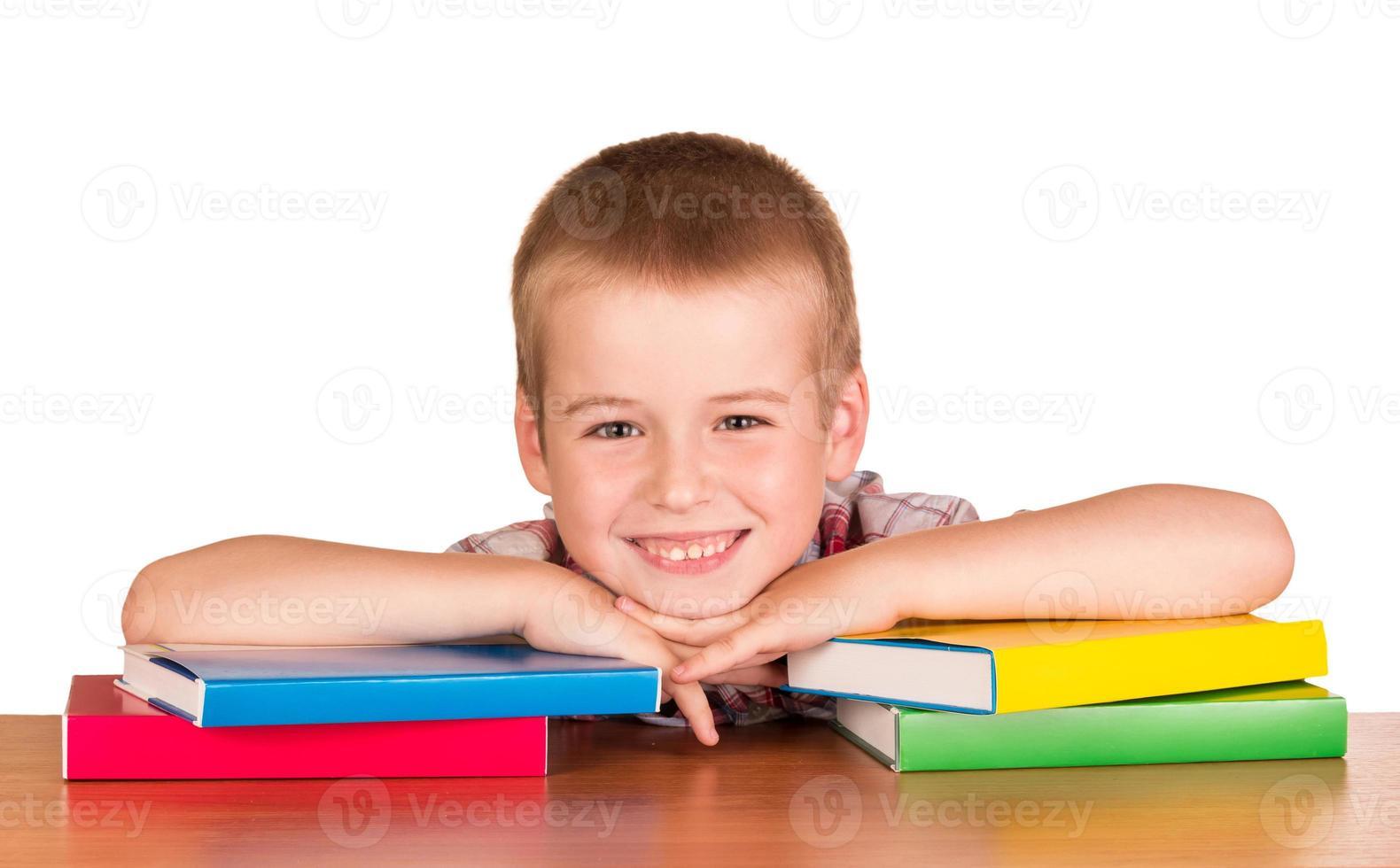 o aluno com livros didáticos isolado no branco foto