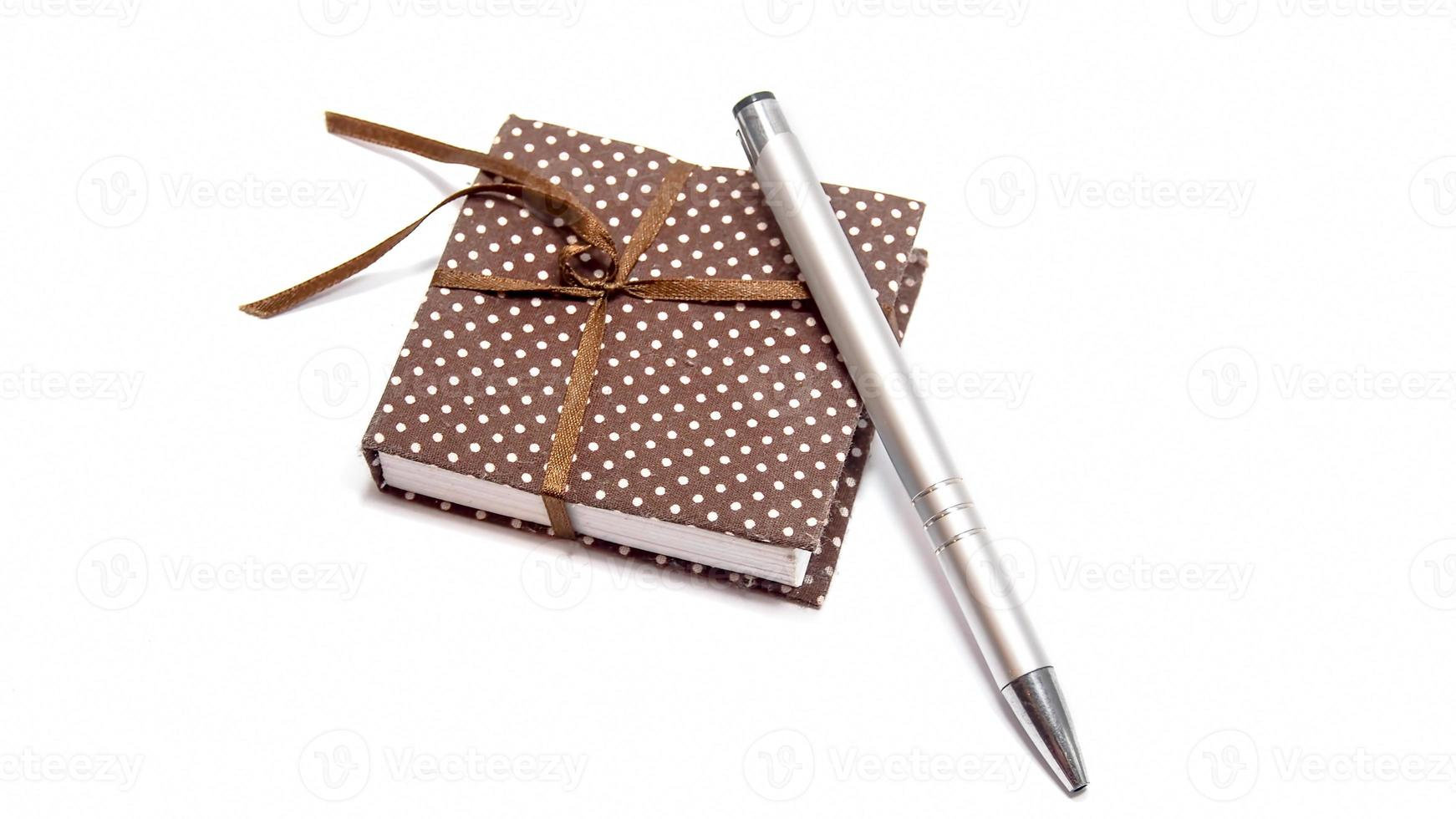 caderno com caneta foto
