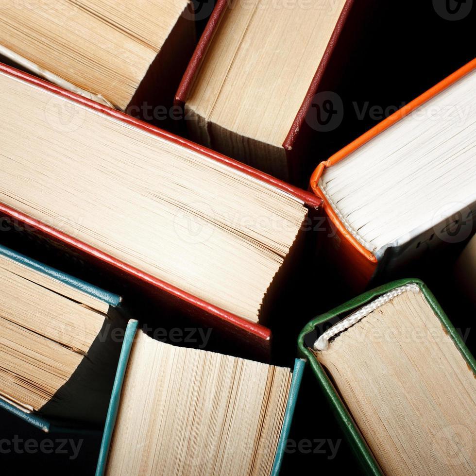 livros de capa dura antigos e usados ou livros de texto vistos foto